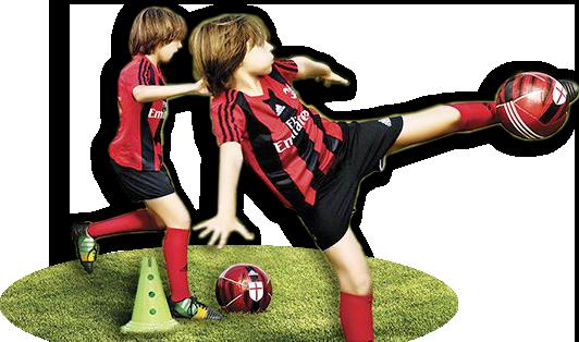 Bambino gioca a pallone nella scuola calcio estiva del Milan