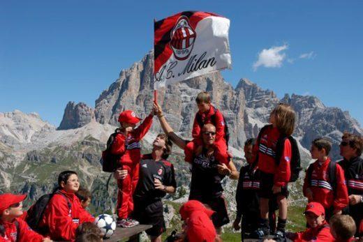 La bandiera dell'AC Milan sulle Dolomiti a Cortina d'Ampezzo