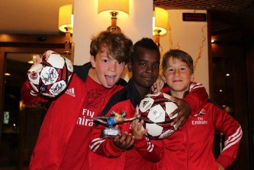 Tre ragazzi premiati con la coppa al Milan Junior Camp