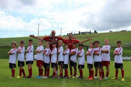 I ragazzi si allenano nel dribbling durante il Milan Junior Camp
