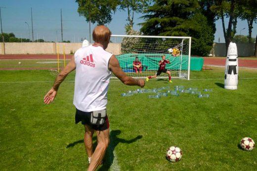 L'allenatore dell'AC Milan, Pierino Prati, calcia la palla in porta durante l'allenamento del portiere