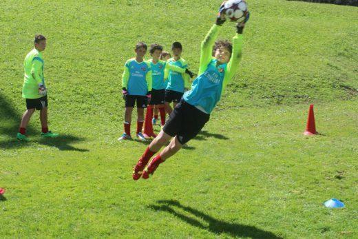 Treinamento de futebol de guarda-redes no AC Milan Junior Camp