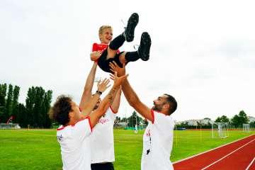 Bambino felice con lo staff di Sporteventi agli AC Milan Junior Camp