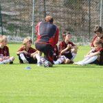 Allenatore del Settore Giovanile AC Milan insegna il calcio ai bambini