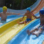 Bambini al parco acquatico durante le vacanze al Milan Junior Camp di Lignano