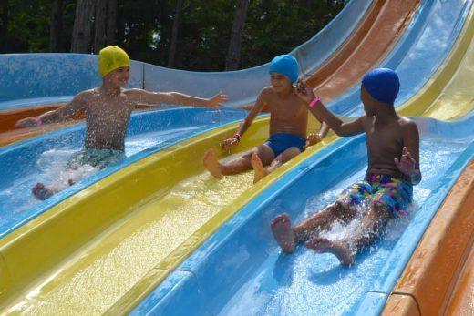 Bambini al parco acquatico durante le vacanze del Milan a Lignano