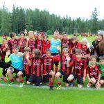 Squadra di calcio nel campo estivo AC Milan per bambinini e ragazzi a Cortina d'Ampezzo