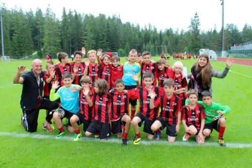 Equipe de futebol no AC Milan acampamento de verão para meninos e meninas em Cortina d'Ampezzo