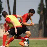 Due giovani talenti durante un'azione di gioco ai camp di calcio AC Milan