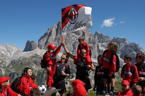 Bandiera AC Milan al camp di Cortina d'Ampezzo Dolomiti