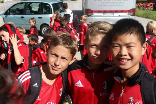 Trasporto dei bambini con autobus privato nelle località dei Milan Junior Camp