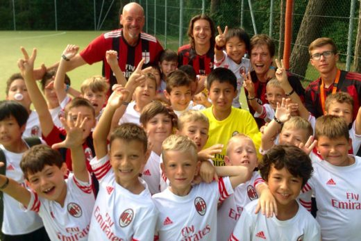 Crianças de diferentes países e multilinguismo no Colônia de férias do AC Milan