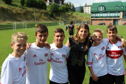 Sporteventi pessoal feminino com crianças no Acampamento de futebol do AC Milan
