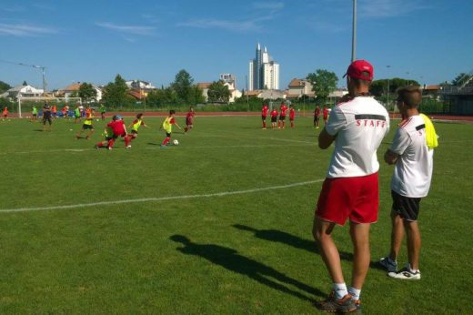 Lo staff di allenatori del Milan Junior Camp controlla i ragazzi durante gli allenamenti