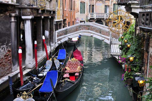 Gondole su un canale a Venezia, Italia