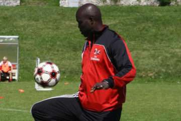 George Weah, AC Milan special guest, dribble with the ball